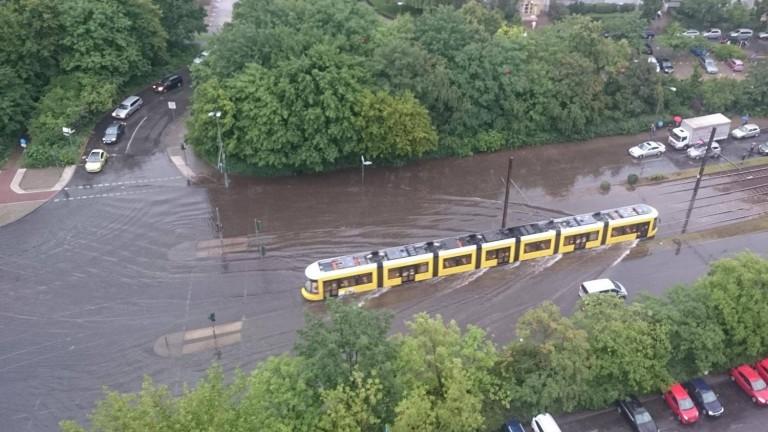 Tram auf überfluteteter Fläche unterwegs